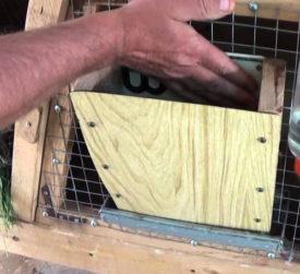 Чистка клетки для кроликов