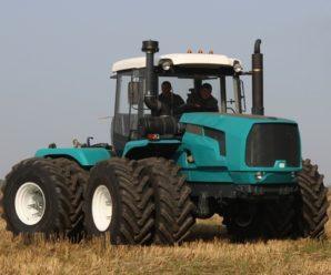 Главные помощники фермера: трактор, плуг, сеялка.